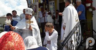 Настоятель храму Юрій Устимчук окроплює парафіян святою водою