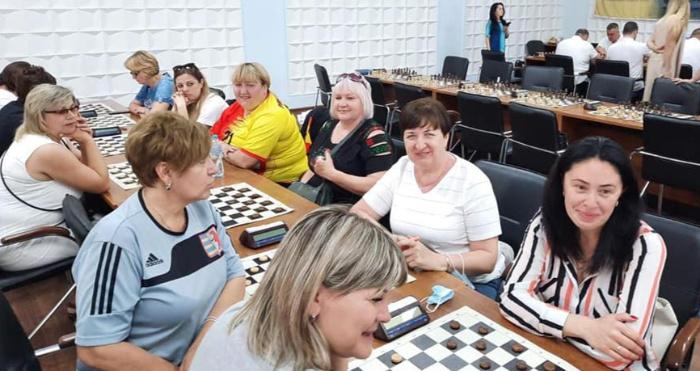 Учасники спартакіади грають у шахи