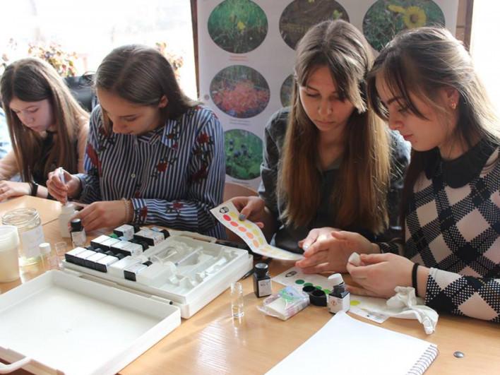 Учасники шкільних екологічних клубів досліджують якість води