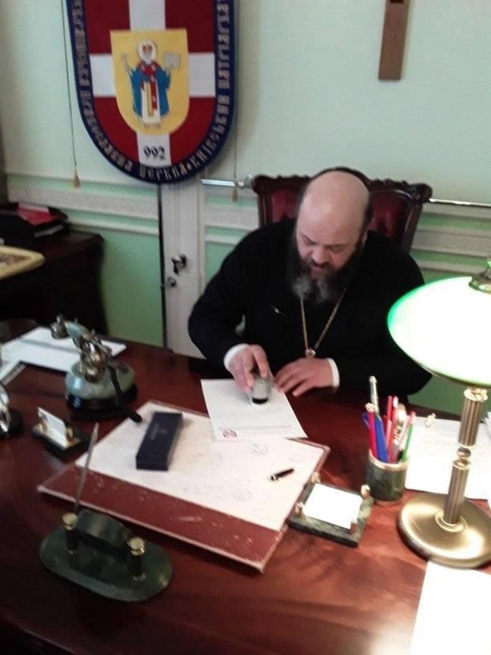 Митрополит Михаїл підписує розпорядження про прийняття  Великокурінської парафії в клір Волинської єпархії ПЦУ.