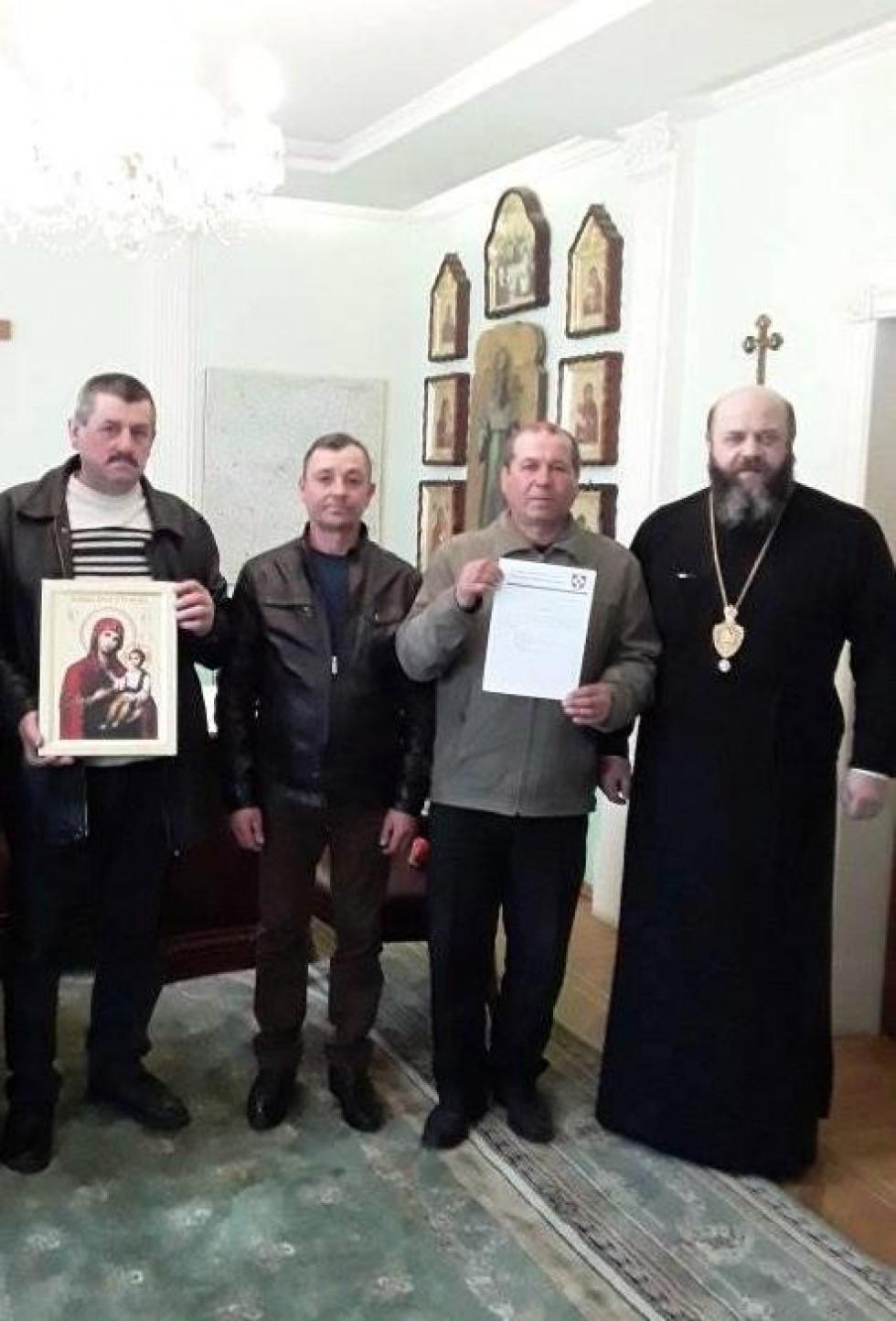 Парафіяни з Великого Куреня у Волинській єпархії з владикою Михаїлом.