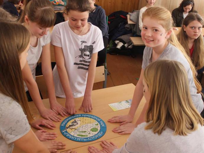 Любешівські школярі відзначають повернення з вирію пернатих