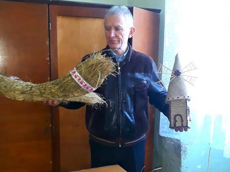 Директор музею Геннадій Сарапін показує нові експонати