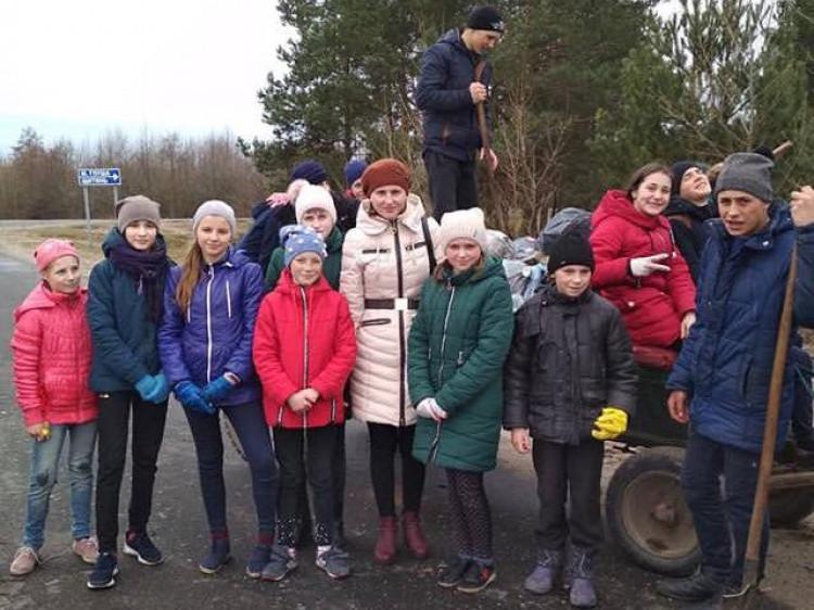 У Малій Глуші школярі прибирали центральну вулицю села