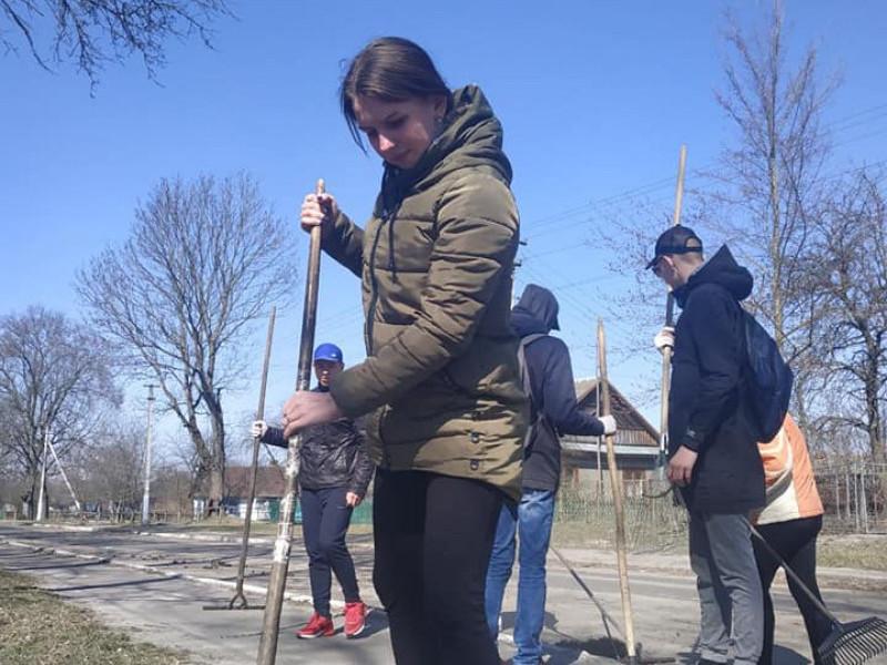У Судчі школярі прибирали село