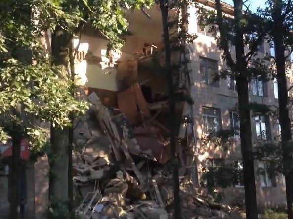 Обвалена стіна Любешівського технічного коледжу