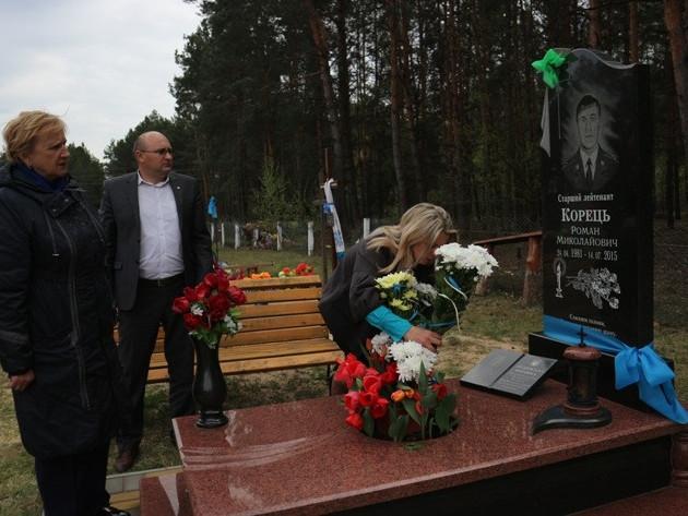 Керівники Любешівщини біля могили Романа Корця