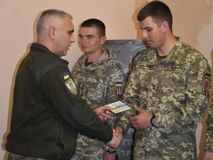 Генерал-майор Андрій Ковальчук вручає нагороди
