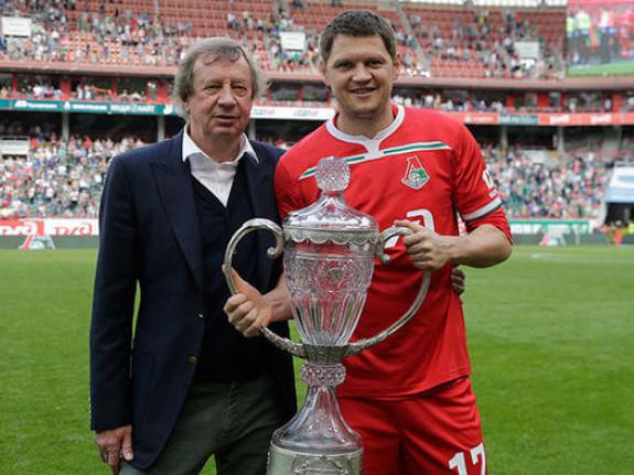 Тарас Михалик із футбольним кубком Росії