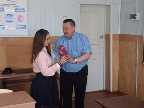 Олександр Пирожик нагороджує переможницю конкурсу Яну Михальчук