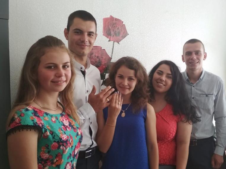 Щасливі молодята з друзями