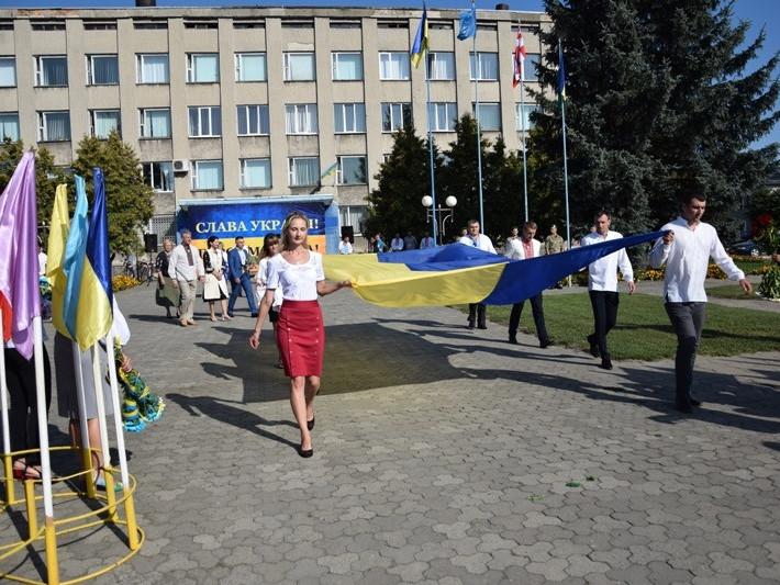 У Любешеві урочисто замайорів Прапор України
