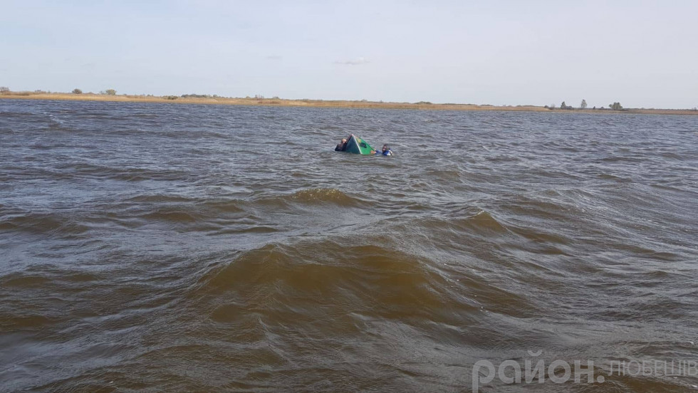 Рибалки тримаються за човен