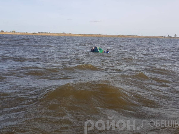 На озері Люб'язь рибалки тримаються за човен