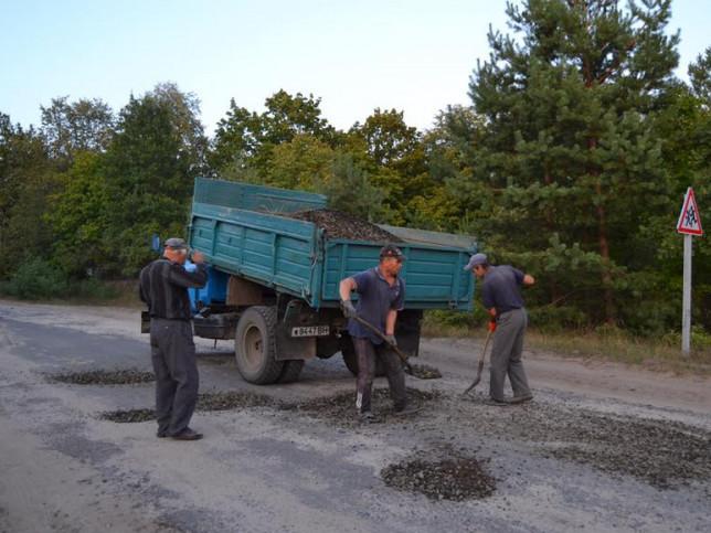 Селяни ремонтують дорогу