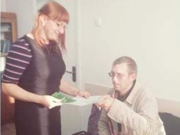 Ніна Хомич вручає ювілейне свідоцтво