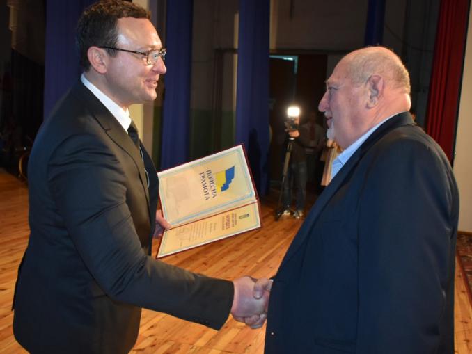 Юрій Шоломицький (праворуч) отримує відзнаку