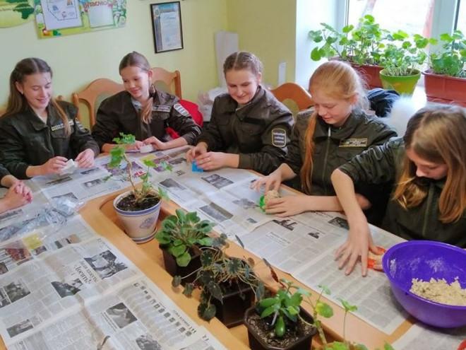 Юні лісівниці майструють годівнички