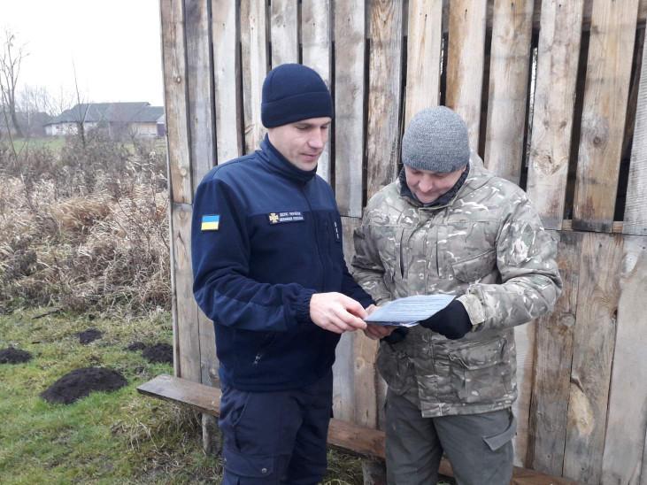 Рятувальники роздавали громадянпм тематичні листівки
