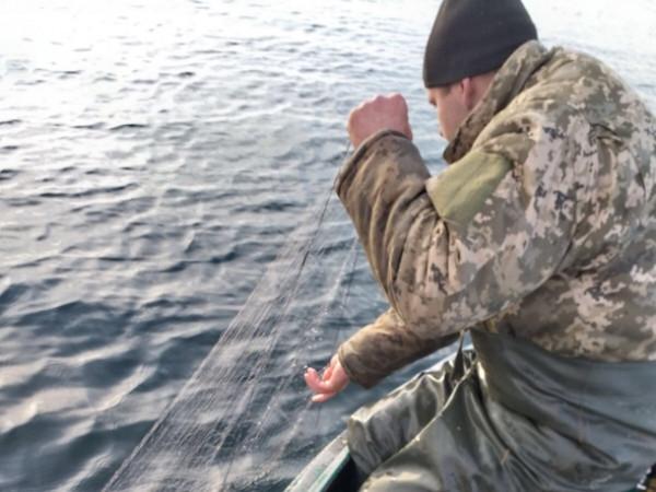 Громадяни з човнів ловили рибу сітками