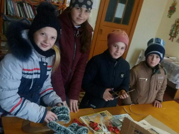 Діти виготовляють новорічні прикраси