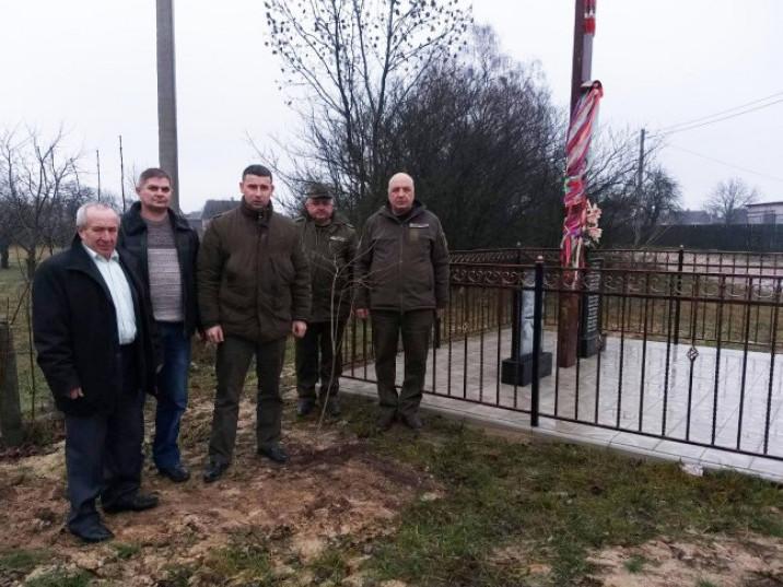 Посадили калину біля пам'ятного знаку жертвам партизанського карального набігу