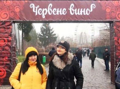 Наталія Горщар (праворуч) на фестивалі «Червене вино»