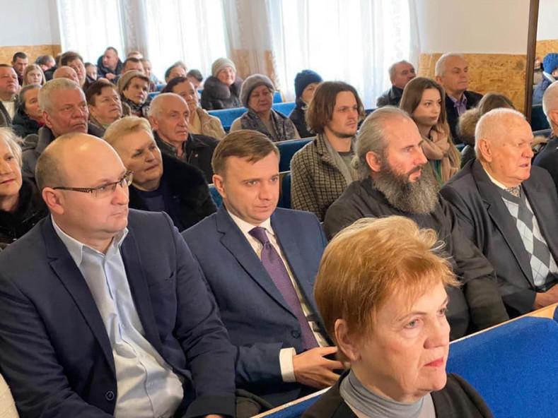 Олег Кух (перший ліворуч) в одному ряду з автором книжки