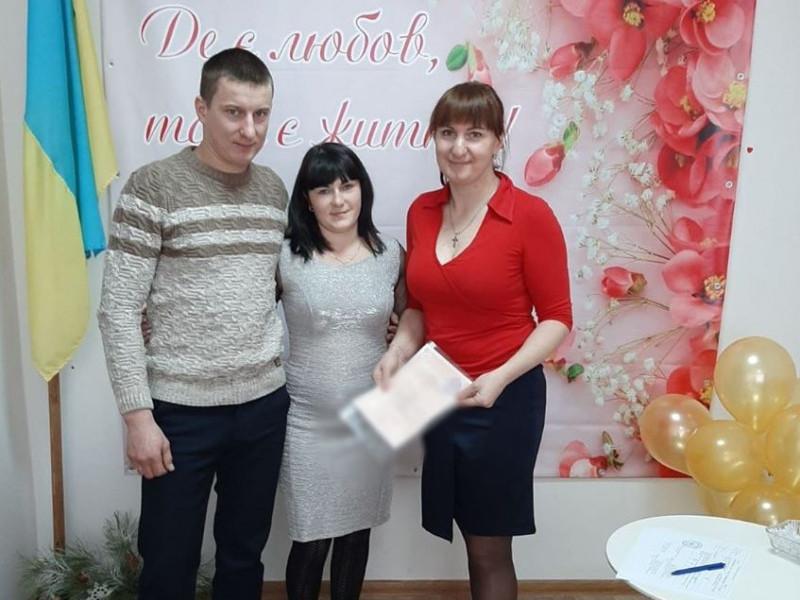 Посвідчення молодятам вручає начальниця відділу Ніна Хомич