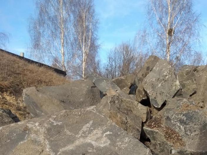 Незабаром це каміння перетвориться в ярусні клумби