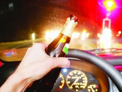 Разом з товаришами чоловік розпивав алкоголь на капоті авто
