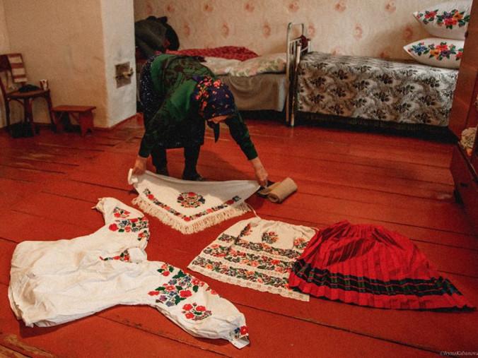 Мешканка Лобни показує свій дівочий одяг