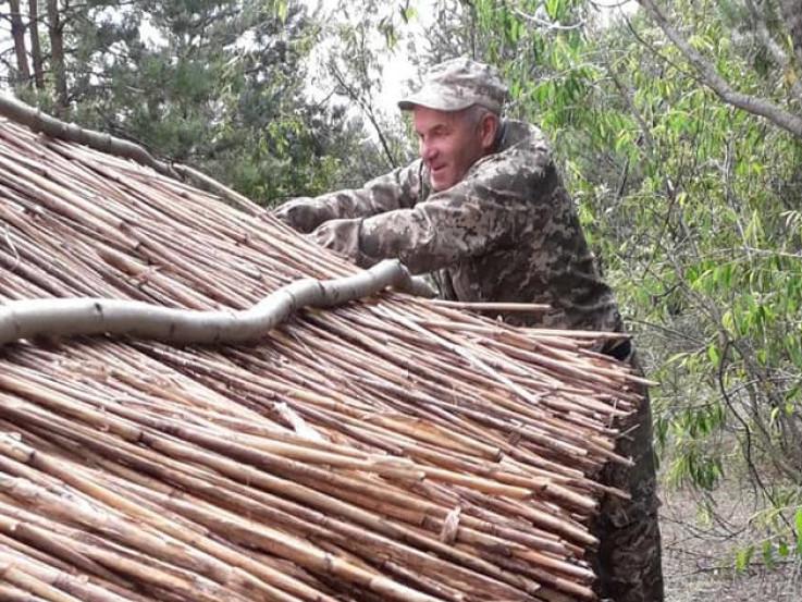 Поправляють очеретяний дах
