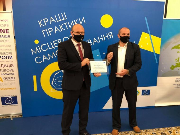 Олег Кух отримує диплом Мінрегіону та  Офісу Ради Європи