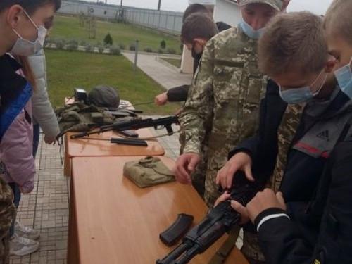 Школярі ознайомлюються з озброєннямприкордонного пункту