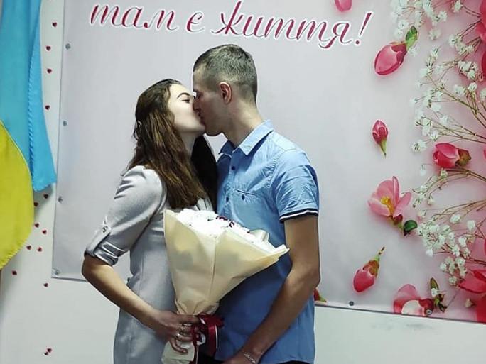 Весільний поцілунок молодят