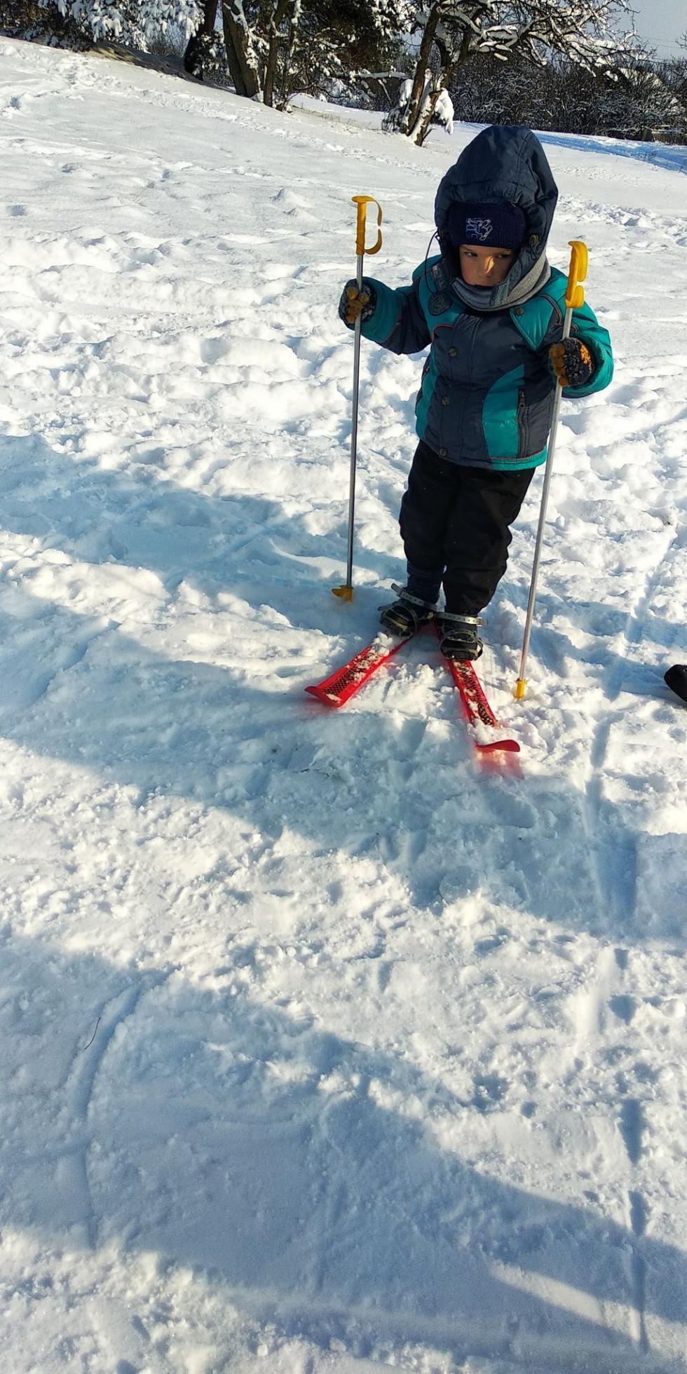 Діти каталися на лижах