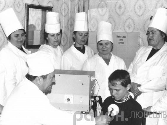 Обстежує хлопчикаПочесний донор України Михайло Королик