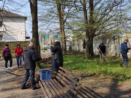 Працівники суду впорядковують селищний парк