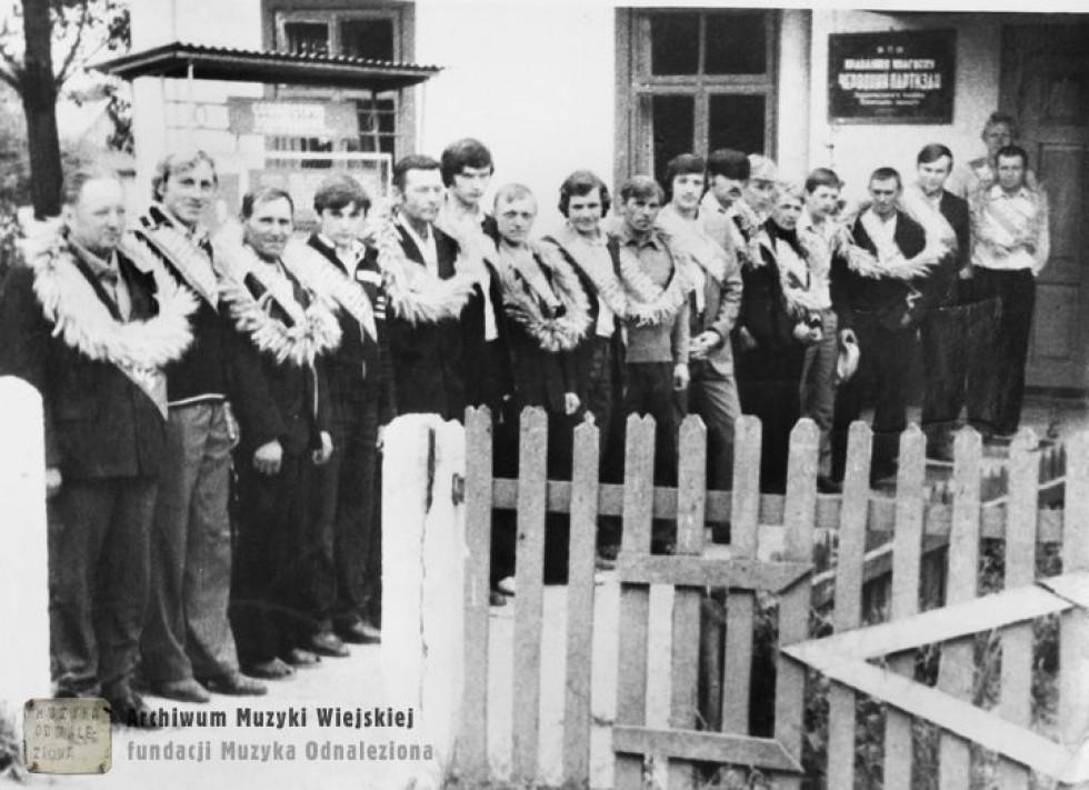 Нагороджують кращих трактористів колгоспу. 1970-ті р.