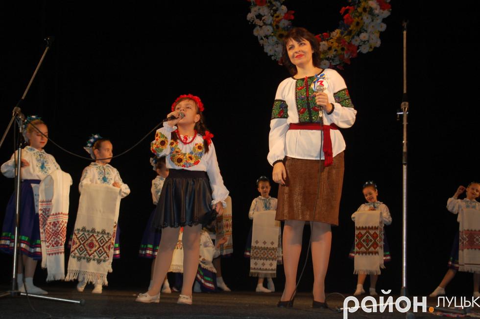 Оксана Глушко зі своєю донькою співають