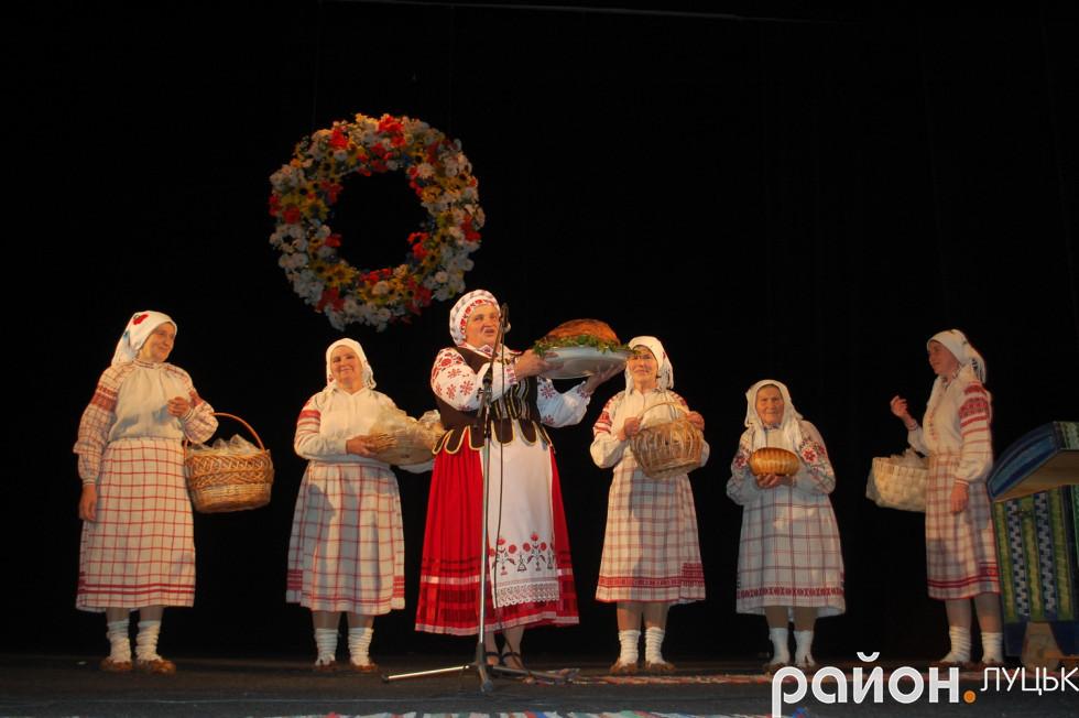 Марія Шевчик демонструє випічку домашню