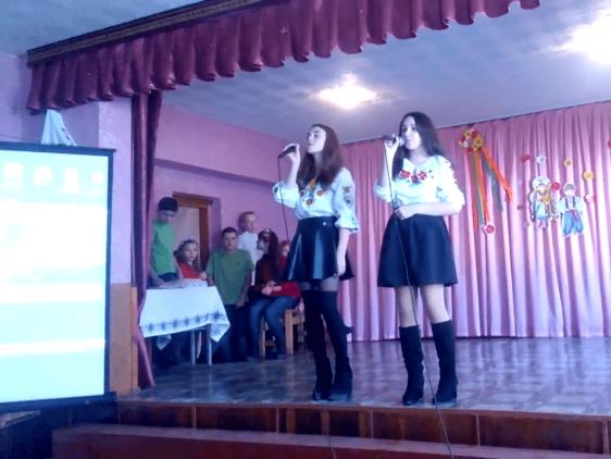 Школярки виконали пісню під час шкільного заходу