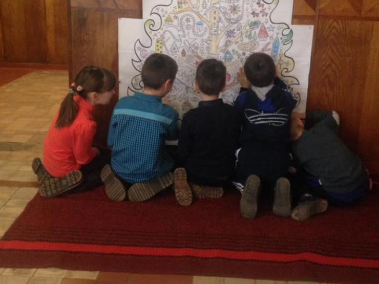 Діти старанно розмальовують ялинку