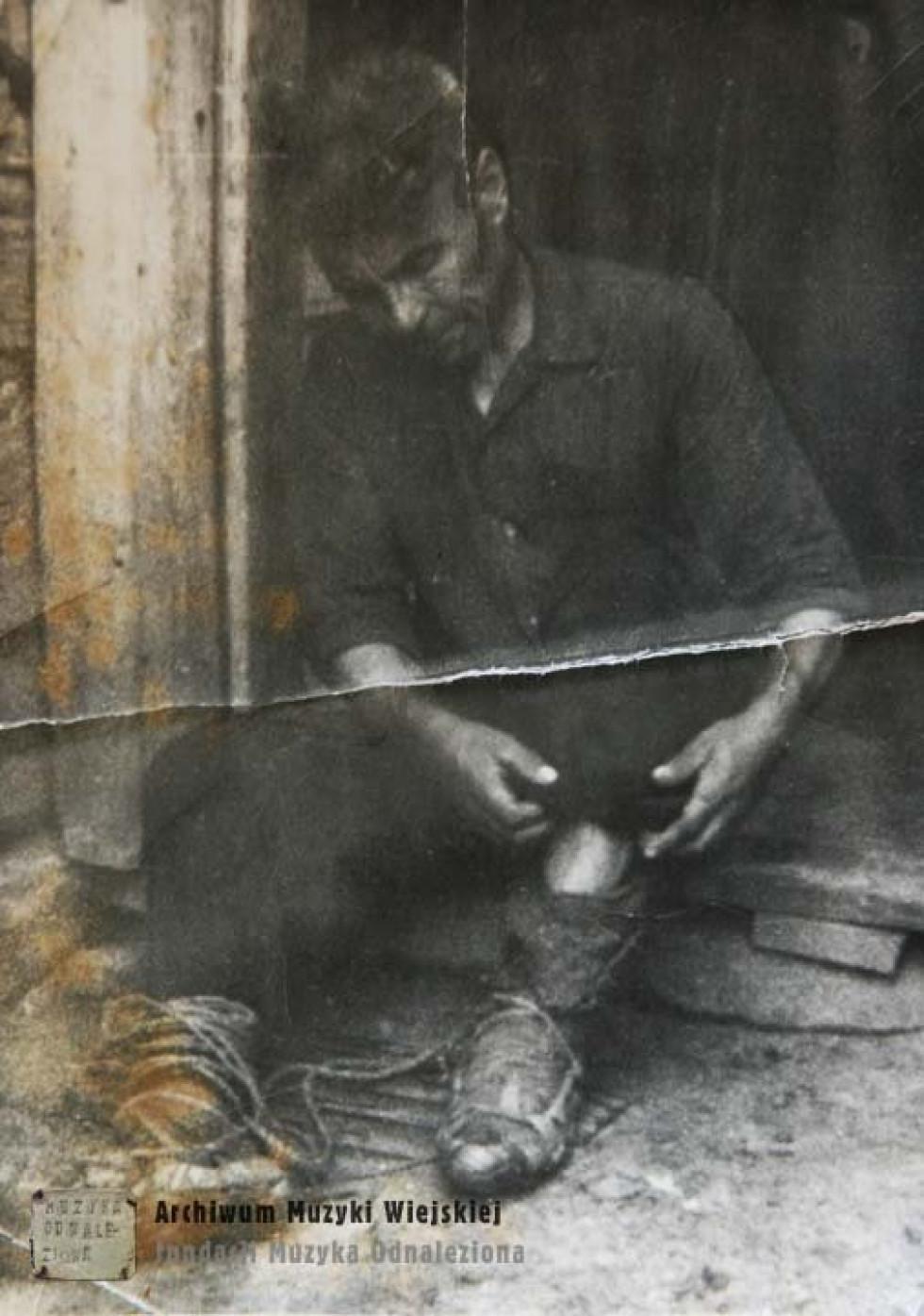 Чоловік одягає постоли. Велика Глуша, 1970