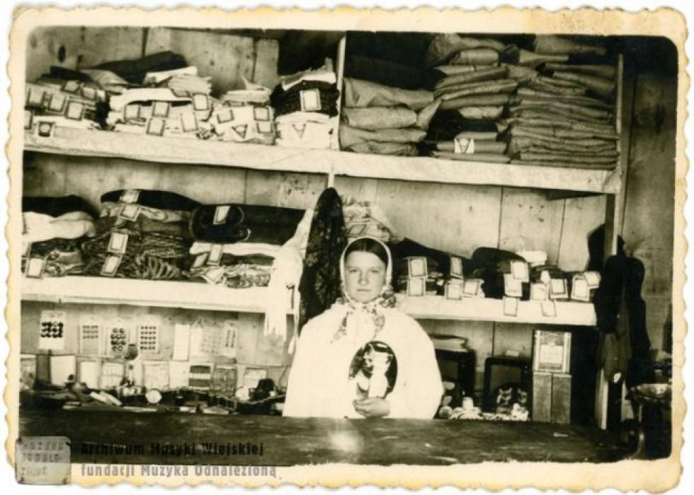В сільському магазині на Поліссі, 1960-ті