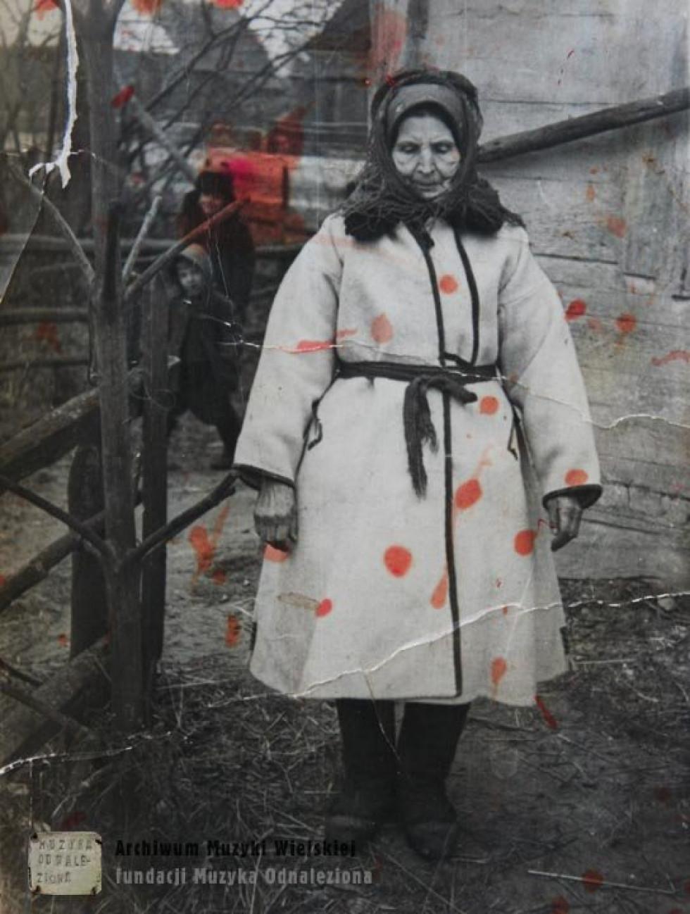 Жінка в традиційному поліському одязі. Велика Глуша, 1970