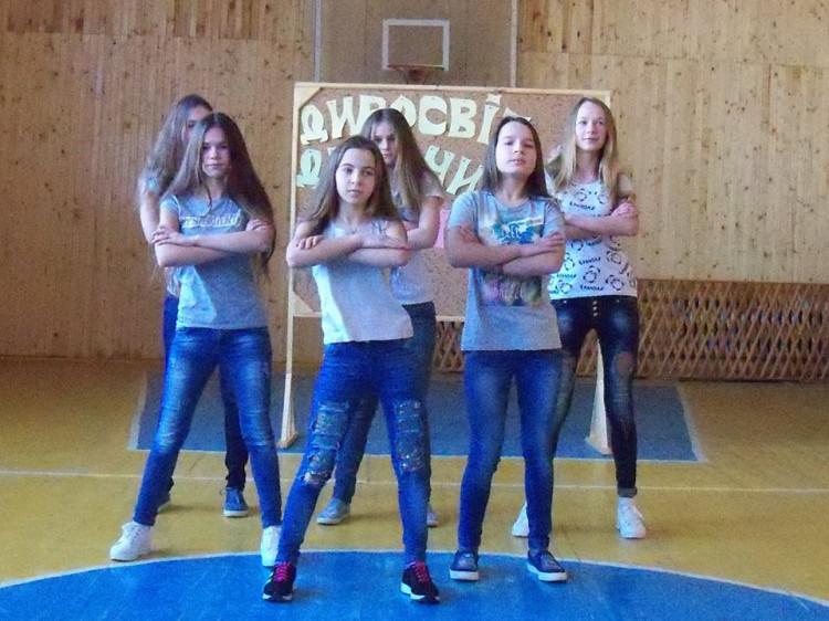 Школярі тішили запальними танцями