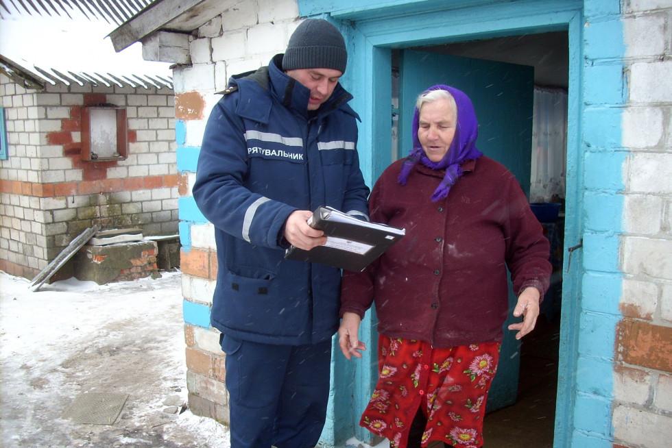 Рятувальники розповіли жителям села, як вберегтися від пожеж та нагадали про заборону виходити на лід