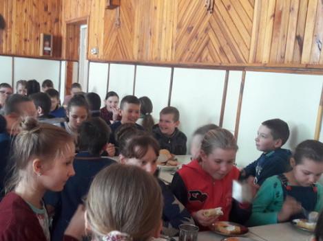 Діти харчуються